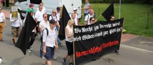 """In Bad Nenndorf marschiert 2014 beim von Neonazis organisierten """"Trauermarsch"""" das Umfeld der AG Rhumetal hinter einem """"Kameradschaft Northeim""""-Transparent. (Bild: Felix M. Steiner)"""