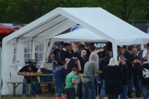 Fabian Zufall und Malte Ahlbrecht am Essensstand in Leinefelde am 13.06.2015