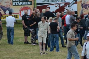 In der mitte des Bildes:  Martin Ahlborn von der NPD-Göttingen